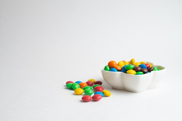 多色チョコレート菓子のボウル