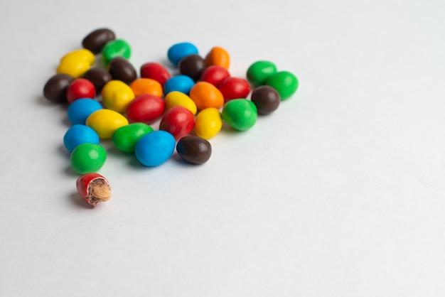 Красочные шоколадные конфеты на белом фоне