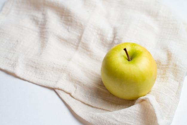 健康のための果物、新鮮な果物、フィットネスフルーツ、赤と黄色のリンゴ