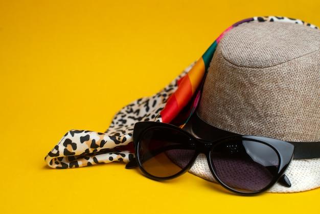 夏用アクセサリー、帽子、サングラス。夏のコンセプトです。海と休暇の概念。