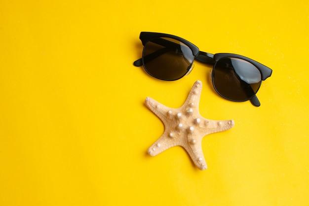 夏用アクセサリー、貝殻、サングラス。夏休みと海のコンセプト。