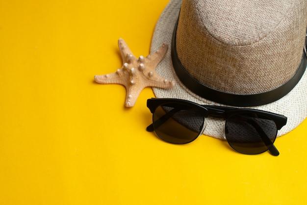 夏用アクセサリー、シェル、帽子、サングラス。夏休みと海のコンセプト。夏休み。