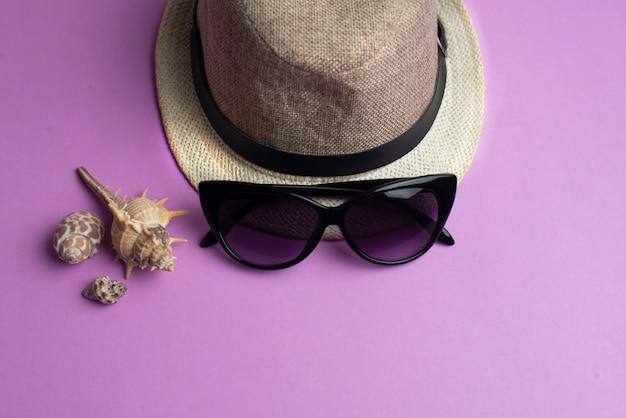 夏用アクセサリー、シェル、帽子、サングラス。夏休みと海のコンセプト。
