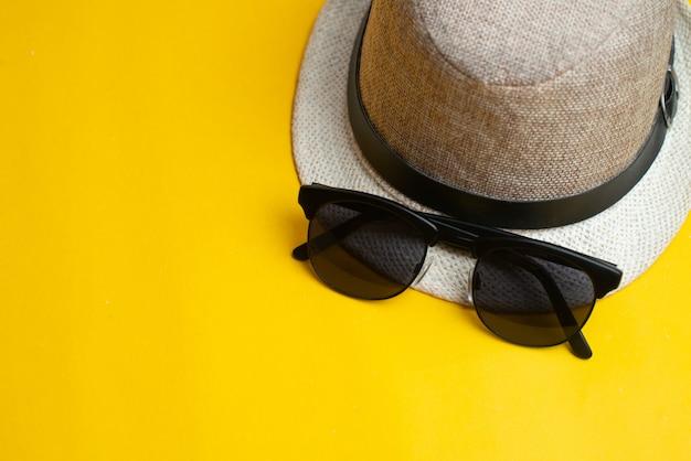 夏用アクセサリー、帽子、サングラス。夏休みと海のコンセプト。
