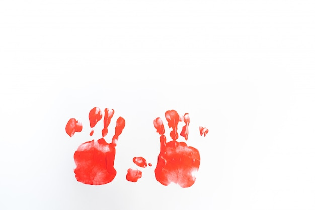 Руки картины мальчика с акварелями на листе белой бумаги. маленький мальчик с кистью и красками.