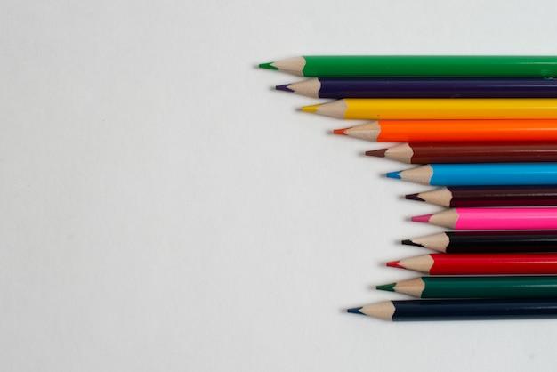 Разноцветные карандаши на белом фоне, для детского рисунка