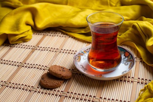 黄色のスカーフと紅茶のカップと自家製オートミールクッキー