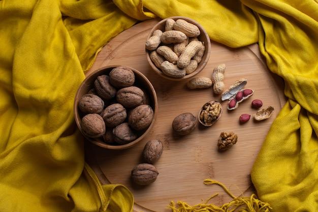 Ядра грецких орехов на деревянном фоне, орехи в бамбуковой деревянной миске