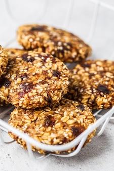 ゴマとビーガンオートミールクッキー。健康的なベジタリアン料理のコンセプトです。