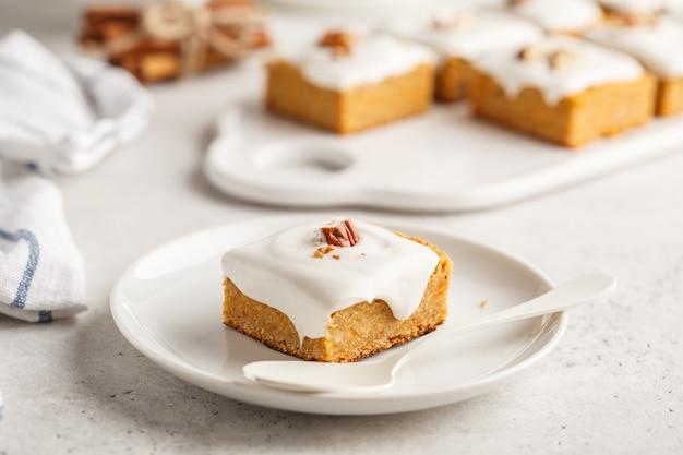 ビーガンキャロットケーキ、ココナッツクリームとピーカン、植物ベースの食事療法の概念。