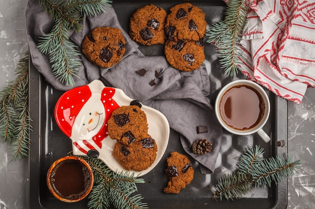 チョコレートとココア、暗い背景のカップとクリスマスのクッキー。クリスマスの背景の概念。