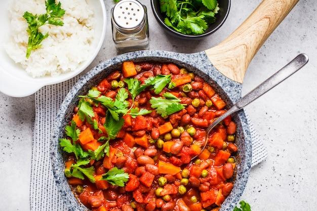 鍋にトマトとご飯とビーガンビーフシチュー