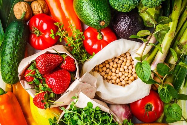 バランスの取れたベジタリアン料理の背景野菜、果物、果実、ナッツ、もやし、種子、ひよこ豆