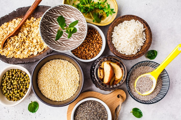 Рис, семена чиа, орехи, овсянка, гречка, киноа, бобы мунг и зелень