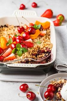 果物と果実のエンバクオーブンオーブン皿に崩れる