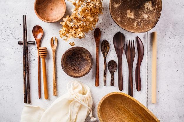 Экологичные бамбуковые столовые приборы и посуда, ноль отходов концепции.