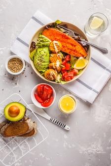 ビーガンレインボーボウル、野菜のミートボール、アボカド、サツマイモとサラダ