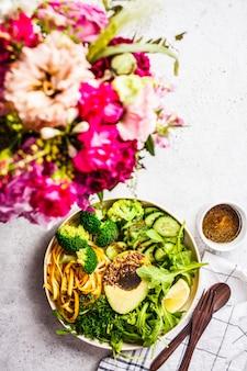 ブロッコリー、ズッキーニのパスタ、アボカドとドレッシングのグリーンサラダ。