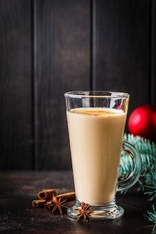 クリスマス背景にガラスのクリスマスエッグノッグ、コピースペース。