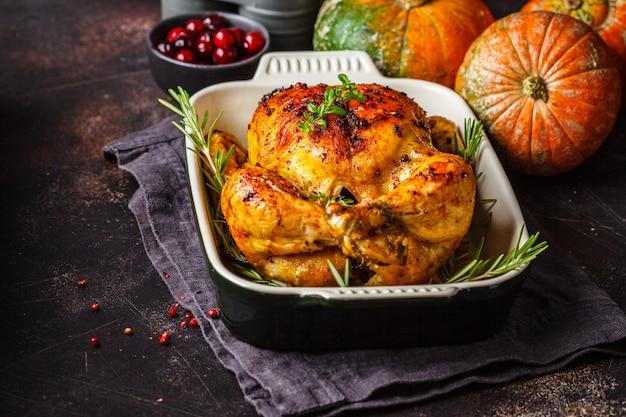 感謝祭の焼きチキンとスパイスとハーブ。感謝祭のコンセプトです。