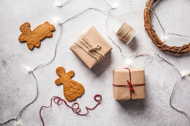 クリスマスフラットギフトボックス、ガーランド、ジンジャークッキーを置く