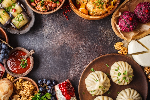 伝統的なジョージア料理のテーブル。ヒンカリ、ファリ、チャホフビリ、ロビオ、チーズ、ナスロール、ダークテーブル。