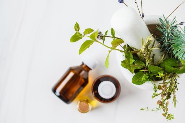 エッセンシャルオイル、白い背景のボトル。健康的な化粧品のコンセプト。