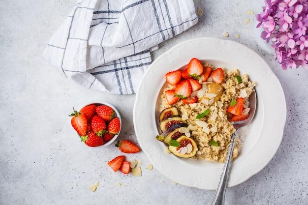イチゴとイチジクと白いプレートのキノア朝食のお。健康的な朝食。
