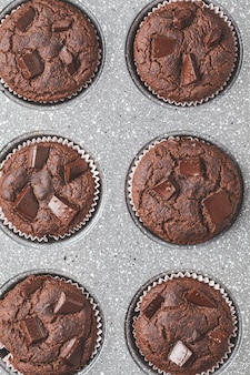 オーブン皿にチョコレートビーガンマフィン、