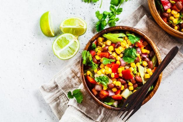 Традиционный мексиканский салат из кукурузных бобов в деревянной миске