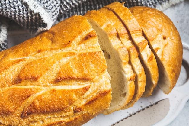 ホワイトボードに小麦パンをスライスしました。
