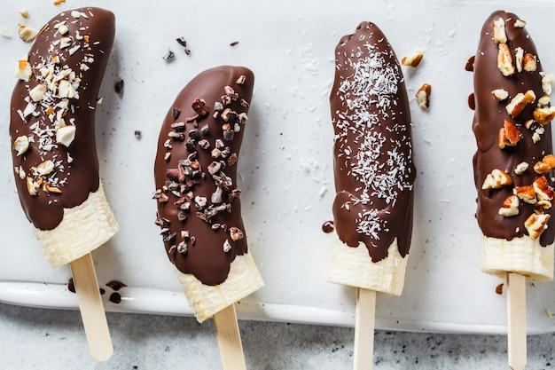 子供向けのビーガンデザート。ナッツとダークチョコレートのバナナ。