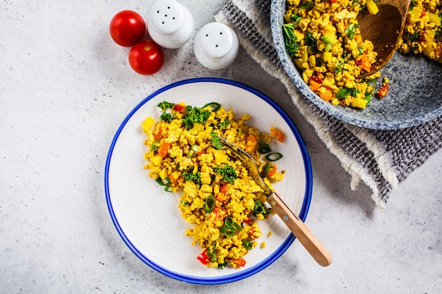 白い皿に野菜と豆腐のスクランブル