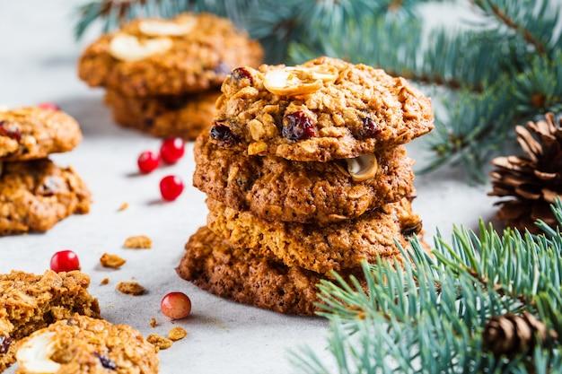Рождественское печенье с клюквой и орехами, концепция рождественского десерта,