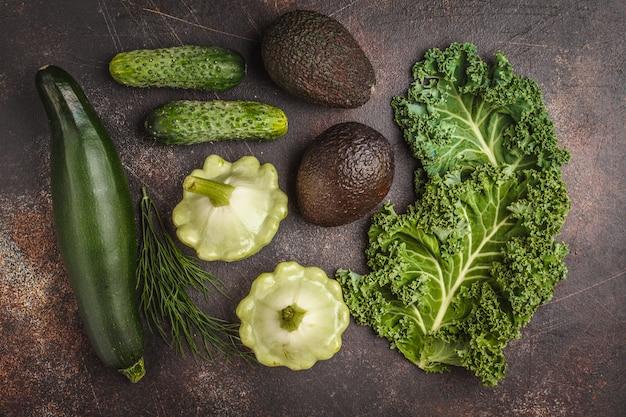 暗い背景、上面に緑の野菜の盛り合わせ。葉緑素を含む果物と野菜。