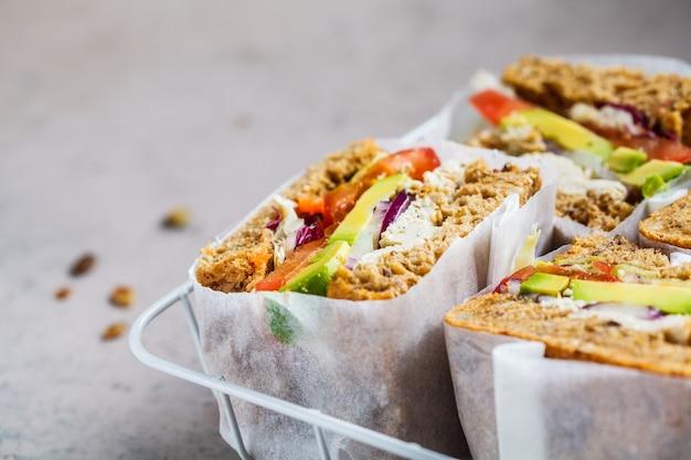 Веганские бутерброды с тофу, авокадо и помидорами, копией пространства. концепция здорового вегетарианского питания.