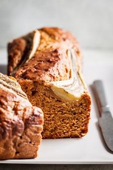 Хлеб на серой плите, вертикальное фото банана. концепция здоровых десертов.