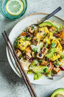 揚げ豆腐、カリフラワー、アボカドのもやしサラダ。ビーガン健康食品のコンセプトです。