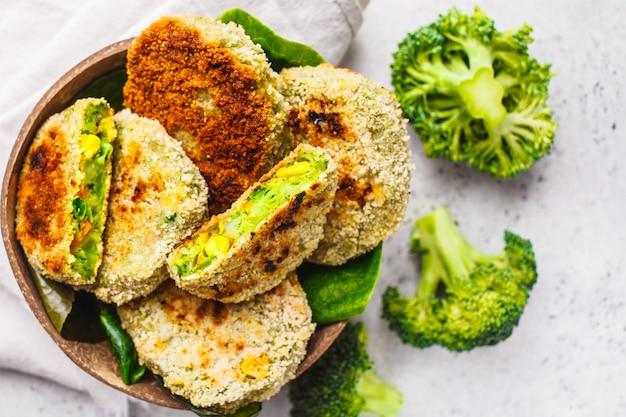 上面図、白地にココナッツ殻料理の緑のブロッコリーハンバーガー。