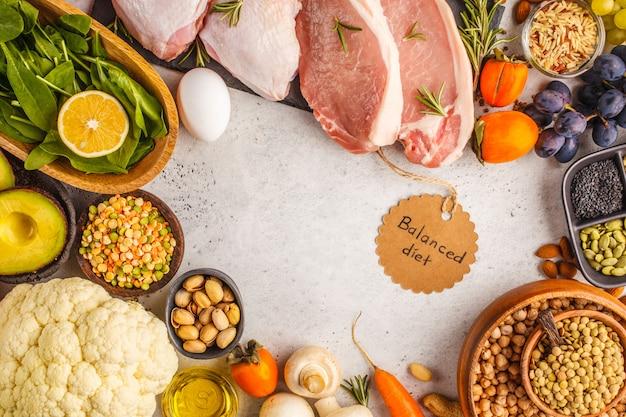 バランスの取れたダイエット食品の背景。白い背景、上面の健康的な食材。