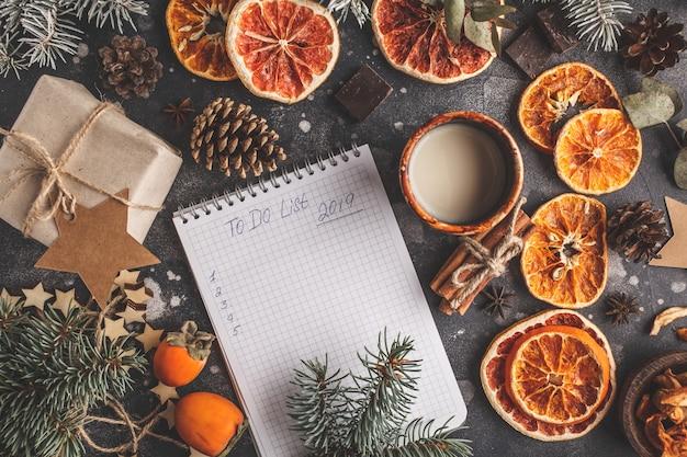 Сделать список на новый год на темном фоне елочных украшений. рождественская квартира лежала.