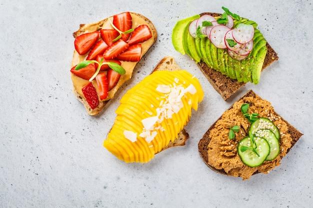 Веганские бутерброды с манго, клубникой, паштетом тофу, авокадо