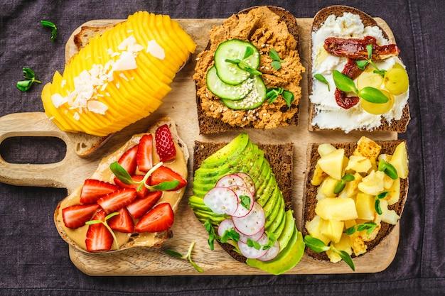 Бутерброды с манго, клубникой, паштетом тофу, авокадо, картофелем
