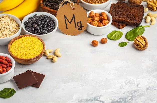 Банановый шоколад, шпинат, гречка, орехи, фасоль, овес. белый фон, копия пространства