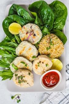 レンズ豆、ひよこ豆、豆のビーガンカツレツ(ハンバーガー)、上面図。健康的なビーガンフードのコンセプト、デトックス料理、植物ベースの食事療法。