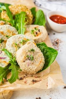 レンズ豆、ひよこ豆、豆のビーガンカツ(ハンバーガー)。健康的なビーガンフードのコンセプト、デトックス料理、植物ベースの食事療法。