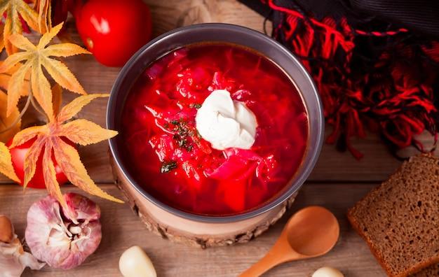 テーブルの上のボウルにボルシチビーツのスープ。