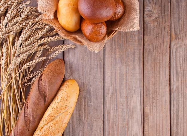 穀物と種子の背景で焼きたてのライ麦パン