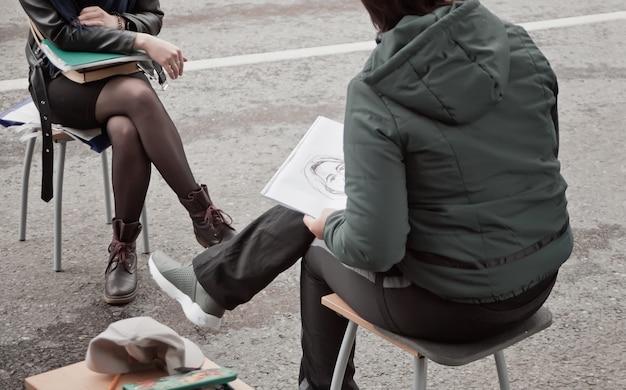 ストリートアーティストが肖像画を描く