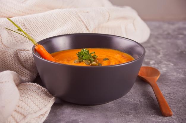 健康的な食事のニンジンクリームスープ。ベジタリアン野菜スープ。